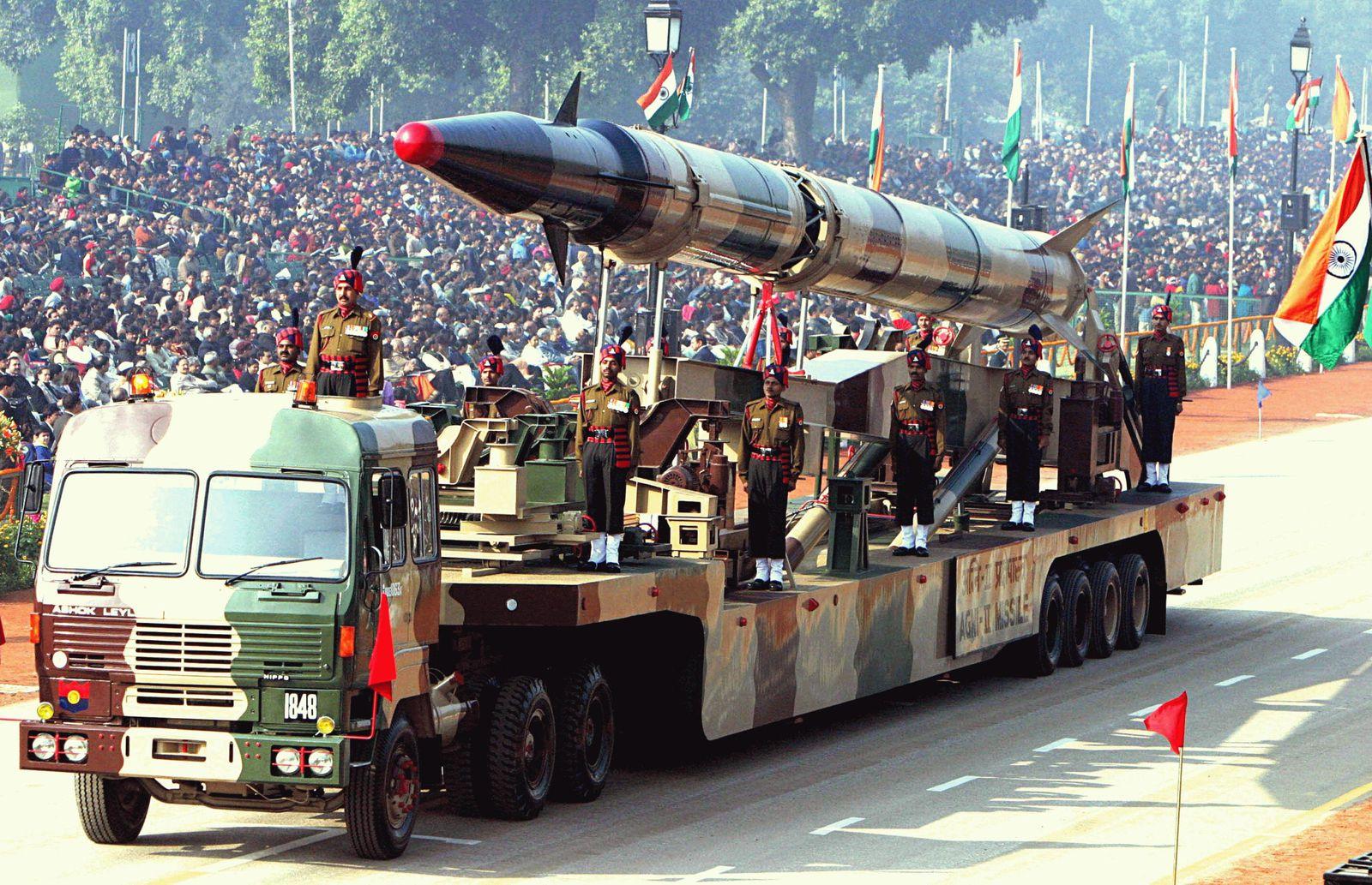 هل مازالت باكستان تمتلك فرصة لمواجهة الهند؟ Agni-II_missile_-Republic_Day_Parade_2004-
