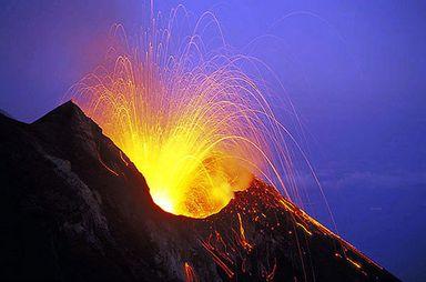 Volcan Stromboli : une gigantesque explosion s'est produite Stromboli-en-eruption