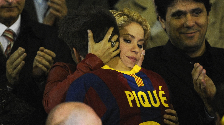 Shakira and Pique. - Page 4 Shakira%20hugs%20Pique