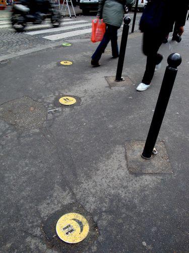 Avez-vous des rapports conflictuels avec les tables basses? Smiley-street-art-trottoir-4