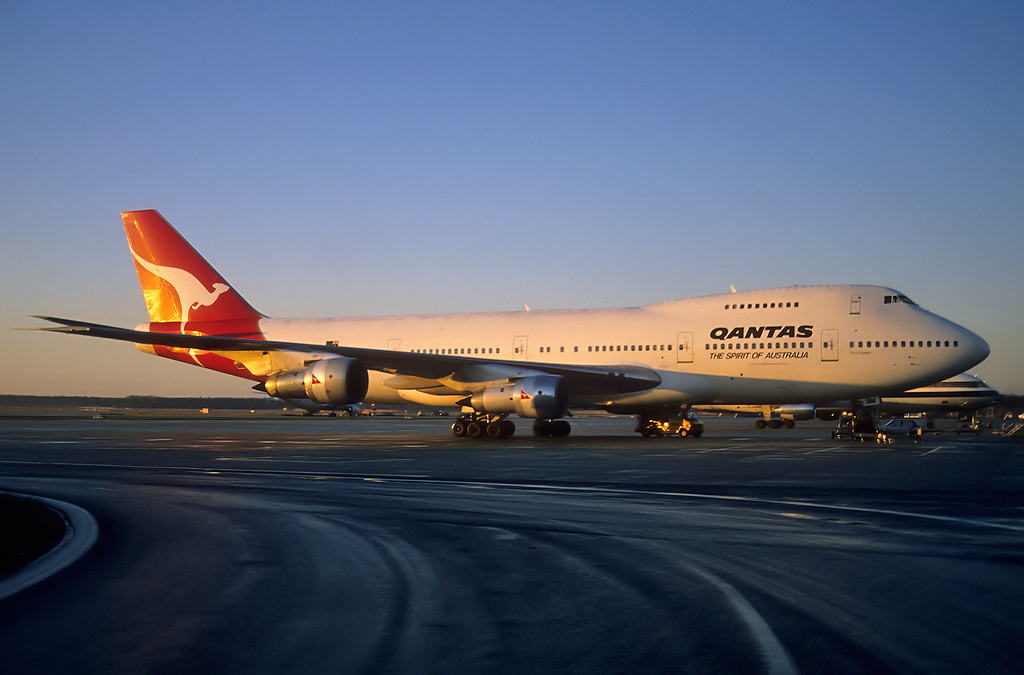 747 in FRA - Page 2 Vh-ebm_13-01-89_207a6u