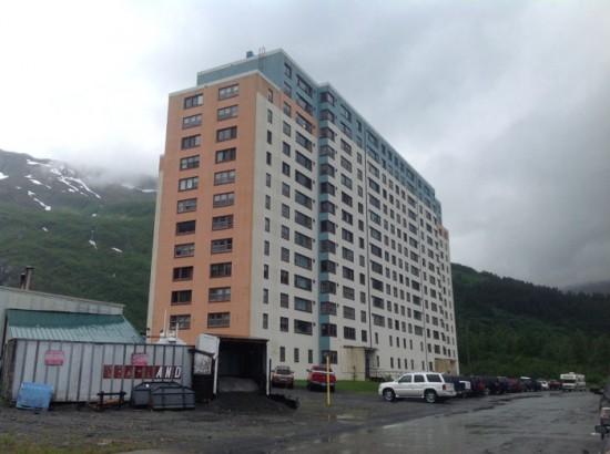 في ألاسكا فقط .. قرية بأكملها تعيش تحت سقف واحد! Begich-Towers-Whittier-550x410