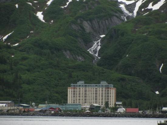في ألاسكا فقط .. قرية بأكملها تعيش تحت سقف واحد! Begich-Towers-Whittier4-550x412