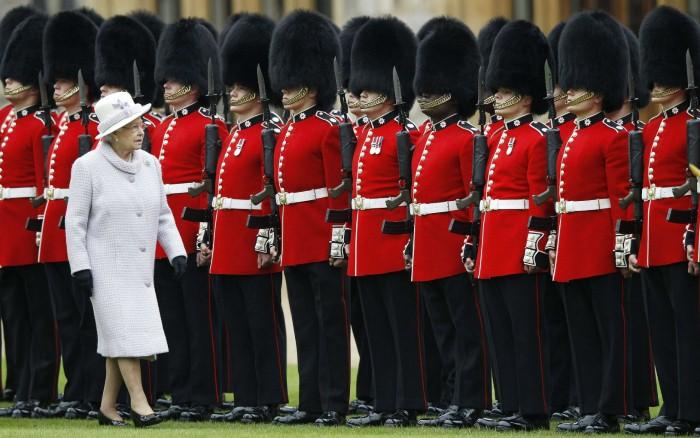 لماذا يرتدي حراس الملكة إليزابيث قبعات الفرو الطويلة؟ %D8%A7%D9%84%D9%85%D9%84%D9%83%D8%A9-%D8%A5%D9%84%D8%B2%D8%A7%D8%A8%D9%8A%D8%AB