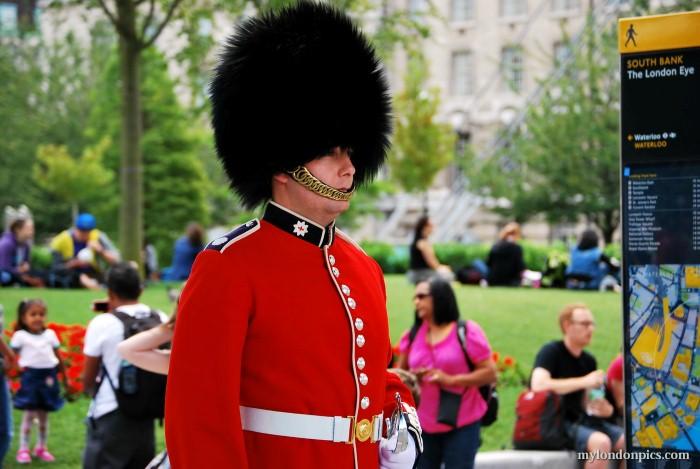 لماذا يرتدي حراس الملكة إليزابيث قبعات الفرو الطويلة؟ %D8%AD%D8%A7%D8%B1%D8%B3-%D8%A8%D8%B1%D9%8A%D8%B7%D8%A7%D9%86%D9%8A