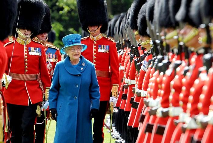 لماذا يرتدي حراس الملكة إليزابيث قبعات الفرو الطويلة؟ The-Queens-Guard