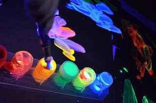 """Actividades Infantiles-Recurso para trabajar con la """"luz negra""""  Acuarelas-fluorescentes-1"""