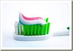 سر الخطوط الحمراء في معجون الأسنان!!  Post-125640-1315720365