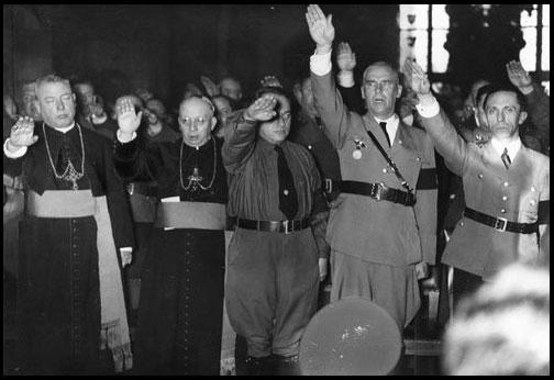 Un « fait historique » marquant : la persécution des catholiques sous Hitler 25priestsalutehitler