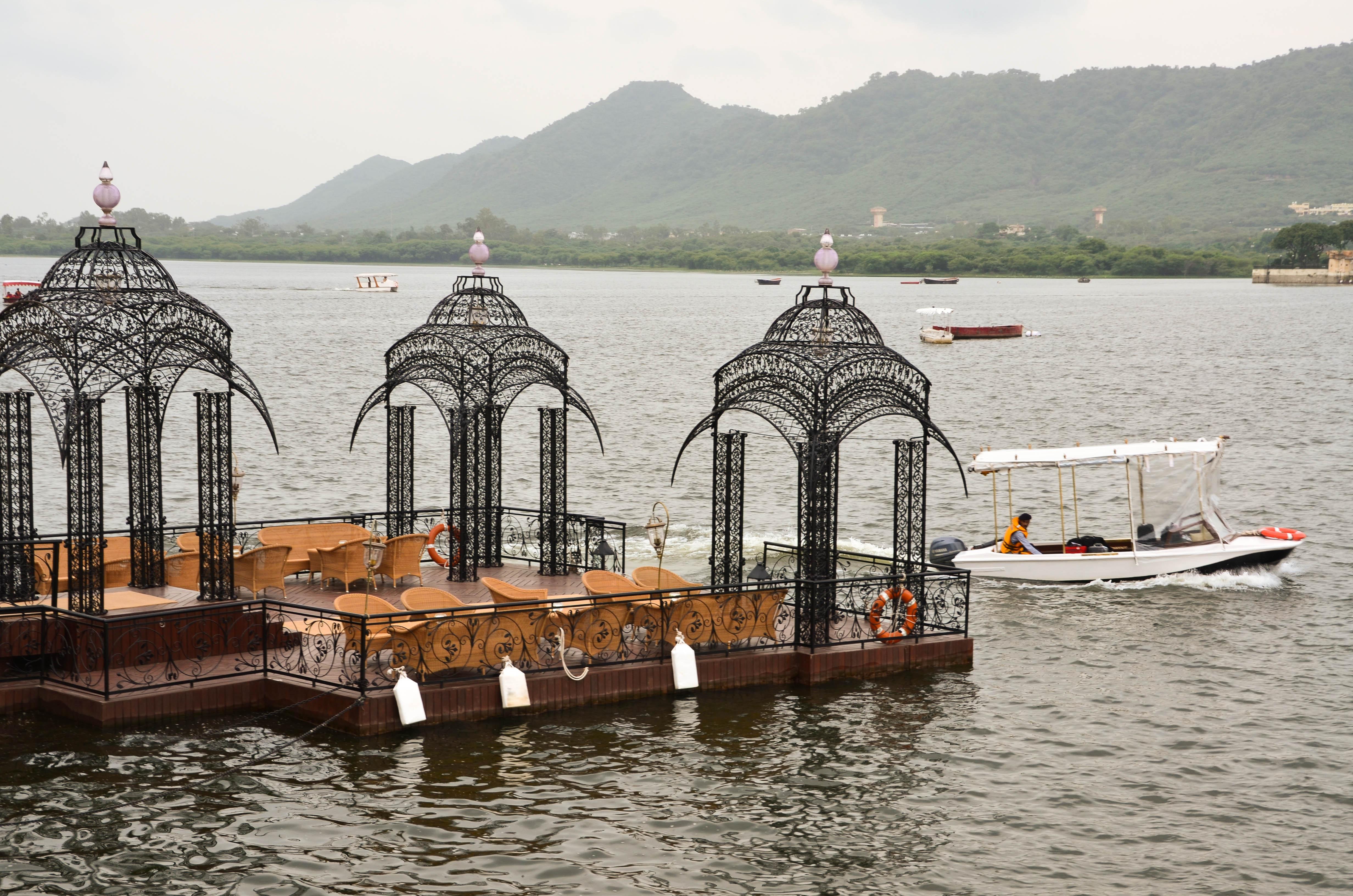 Super moderne vile na vodi Taj-Lake-Palace-dock