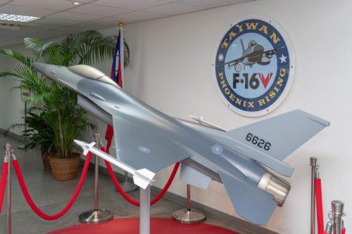 تايوان تستلم اول مقاتله F-16 مطوره للمعيار Viper  69831660_10156048329421065_5976213071285190656_o-500x333