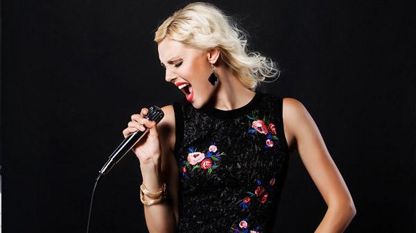 Cách cầm micro để hát hay hơn Khoang-cach-micro-va-mieng