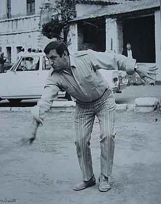 Lino Ventura jouant aux boules Linojoueauxboules