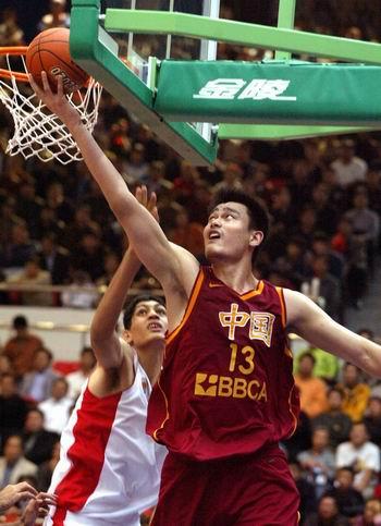 النجوم العمالقة يرفعون مستوى لعبة كرة السلة في آسيا  1102yaomingyajinsai