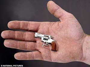 اصغر مسدس فى العالم طوله 5.5 سم فقط F2008030714252100368