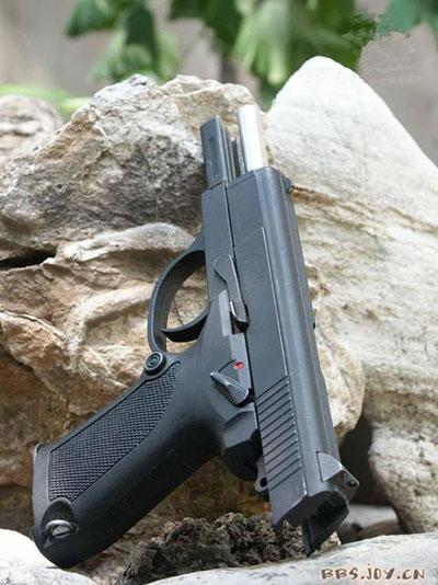 المسدس الصينى / 92/ الذى عياره 5.8 مم تخرق قذيفته احدث صدرة امريكية ضد الرصاص بسهولة  F200909091543103232415223