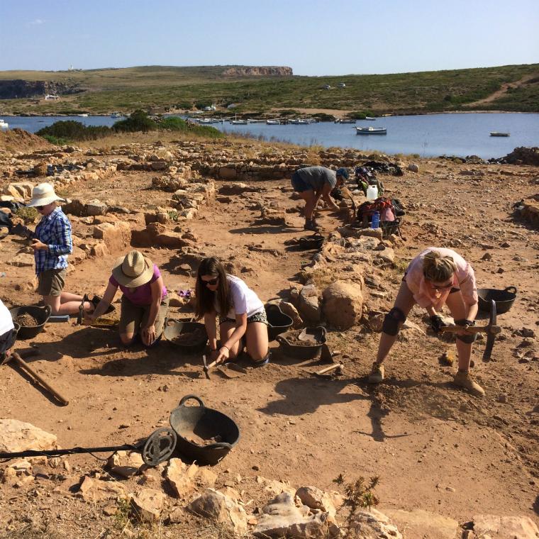 كيف نبدأ بالبحث عن وجود منطقه أثريه بالصور  035-students-digging-in-sanisera