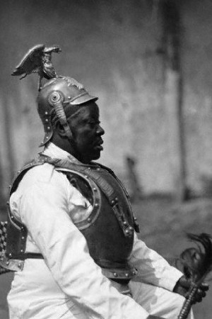 Uniformes coloniaux allemands Cameroon_chief_German_armour
