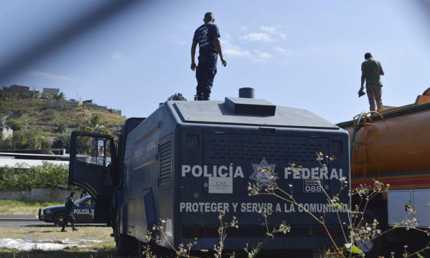 Guerrero - Asesinan a Estudiantes Normalistas de Ayotzinapa en Iguala Guerrero. - Página 20 Granaderos_Maestros_Bloqueo-1