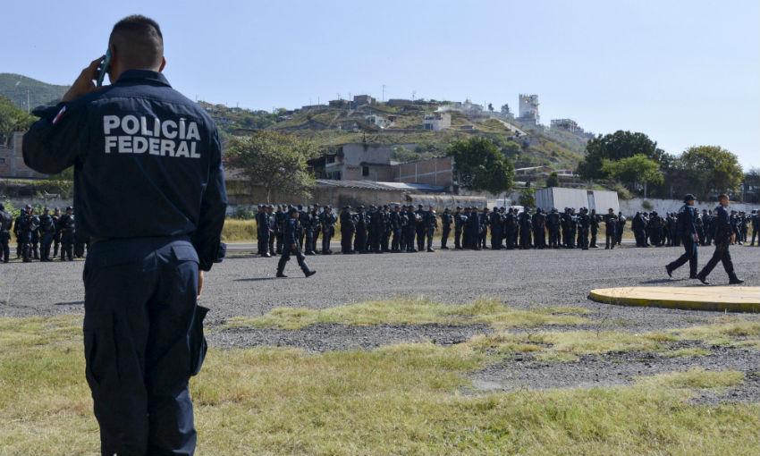 Guerrero - Asesinan a Estudiantes Normalistas de Ayotzinapa en Iguala Guerrero. - Página 20 Granaderos_Maestros_Bloqueo-2