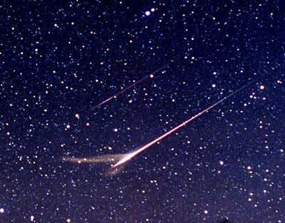 Heads Up: Μeteor/Fireballs Set To Light Up The Skies Meteors-and-dust-trail-Chumack