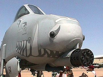 طائره الهجوم الارضى الامريكيه  A-10 Thunderbolt II , مفترسه المدرعات .   A10