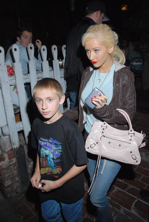 [Fotos+Video] Christina Aguilera y su Hermano yendo de Compras a Fred Segal (30/Mar/12) Christina_aguilera