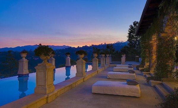 Cùng ngắm nhìn ngọn đồi Hollywood từ bể bơi của Ashton Kutcher H1(4)