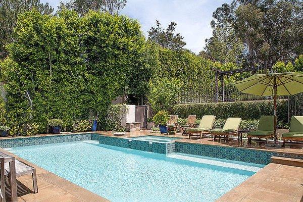 Cùng ngắm nhìn ngọn đồi Hollywood từ bể bơi của Ashton Kutcher H10
