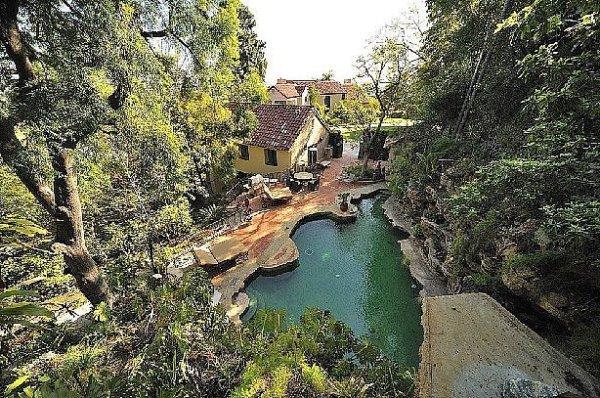 Cùng ngắm nhìn ngọn đồi Hollywood từ bể bơi của Ashton Kutcher H9(2)