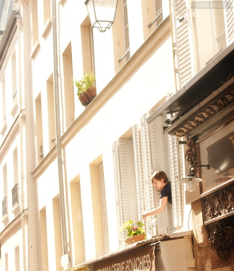 Prozori koji govore - Page 4 Girl-watering-her-plants-in-Paris-smallerforBnB-887x1024