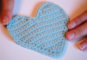 طريقة عمل قلوب بالكروشي بالصور  Finished_sweet_heart