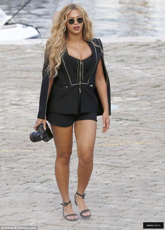 Beyoncé > Apariciones en público <Candids> [III] - Página 49 2C695B3800000578-3238156-Turning_heads_The_34_year_old_songstress_paraded_her_toned_curve-m-79_1442481737571