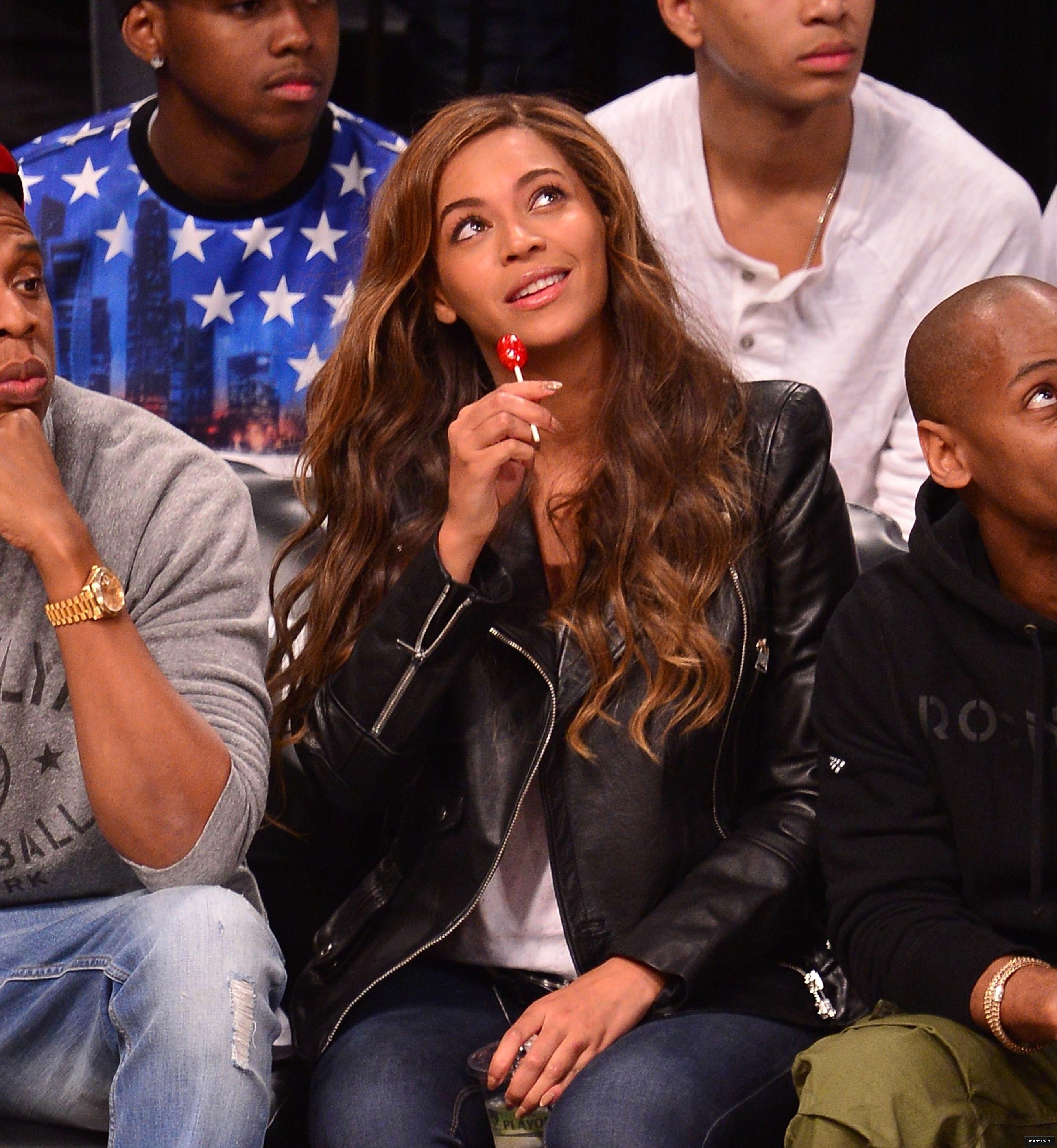 Beyoncé > Apariciones en público <Candids> [III] - Página 25 Toronto-brooklyn_game3_14
