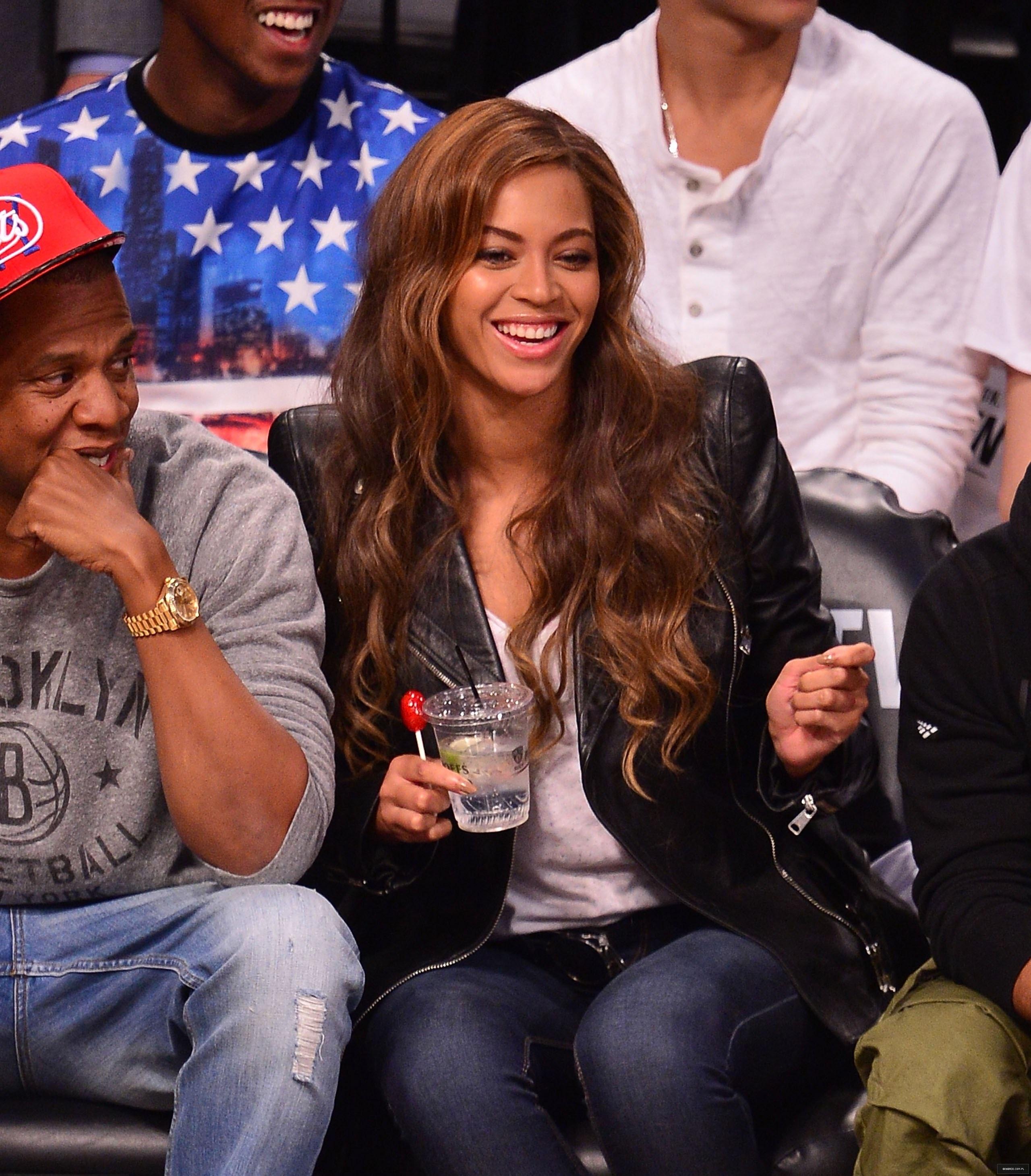 Beyoncé > Apariciones en público <Candids> [III] - Página 25 Toronto-brooklyn_game3_15