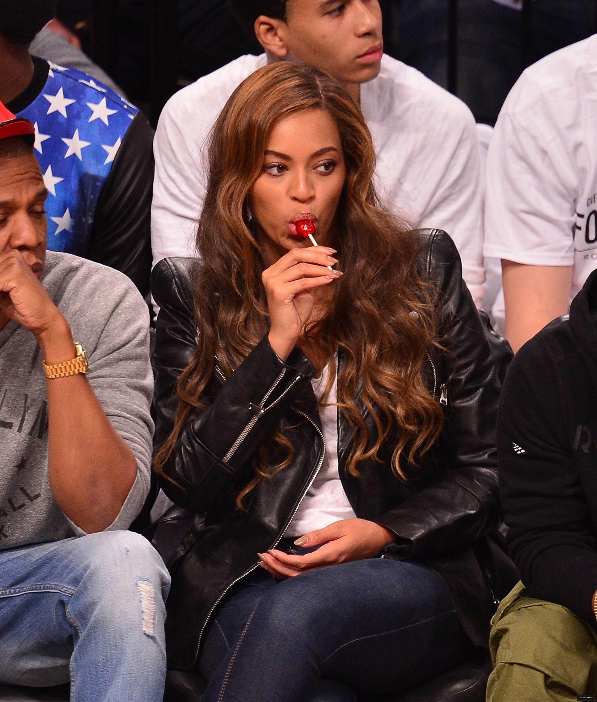 Beyoncé > Apariciones en público <Candids> [III] - Página 25 Toronto-brooklyn_game3_18