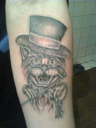 Tatuajes y simbología 1410714723_kot-na-ruke-v-cilindre-i-s-otmychkami