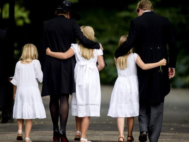 La reina Beatrix y su familia - Página 3 M1mx50ma0snz_std640