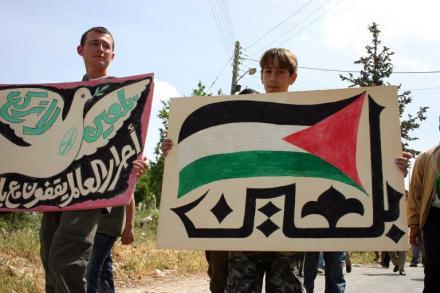 في الذكرى السابعة للمقاومة الشعبية: إصابة العشرات بالاختناق في مسيرة بلعين | تميمي برس  Images-of-Bilin-_66_5