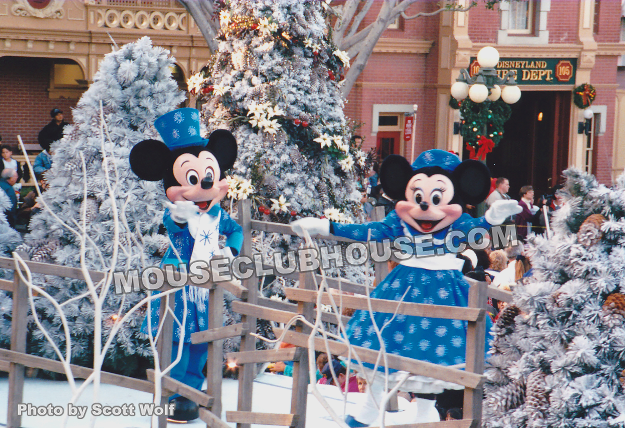 Anciennes Parades des Resorts Américains Very-Merry-Christmas-1992-mickeyminnie