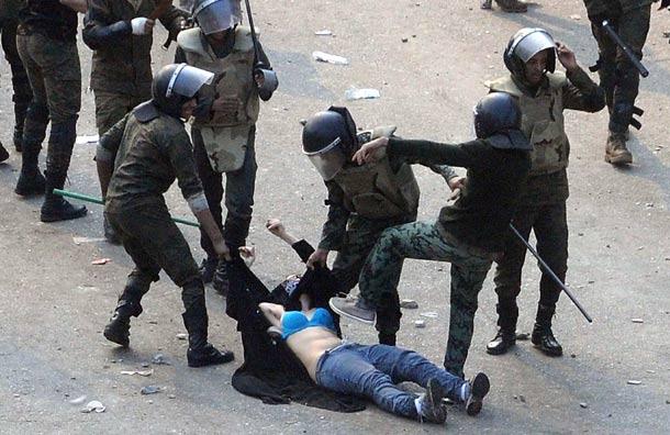 Egipto:  lo que dicen y lo que hacen el Estado y  las  fuerzas capitalistas. Egipto-brutalidad-2