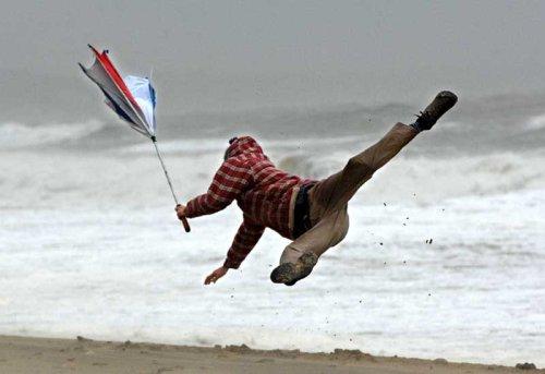 insolite ? La mer dans tous ses états !  - Page 27 Tempete-vent-plage-mer-parapluie-promeneur-s-envolent
