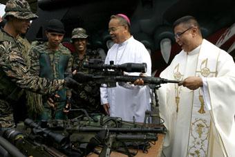 Crkva uložila 90 mil. kuna u tvrtku koja proizvodi oružja? Church-guns-priests-340