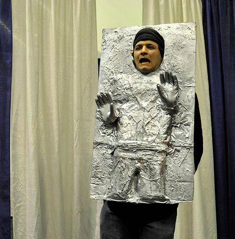 LE GRAND FOURRE-TOUT - Page 32 Han-solo-carbonite-alluminum-costume-comic-con