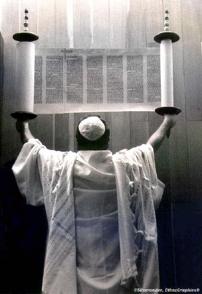 Littérature juive  Holding_up_the_torah