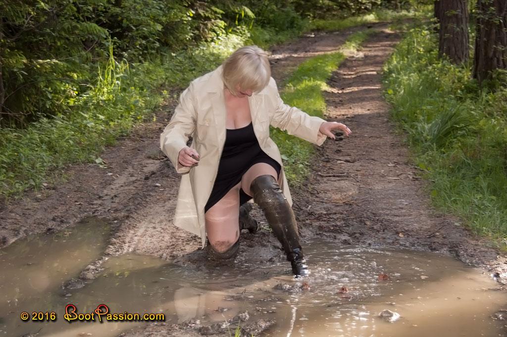 Cапожные женщины в грязи. P591_03
