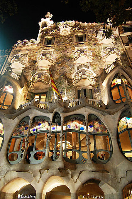 Gaudijeva arhitektura - Page 3 Antoni-gaudi-architecture-building