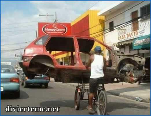 Imagenes graciosas Hombre-bicicleta-cargando-auto