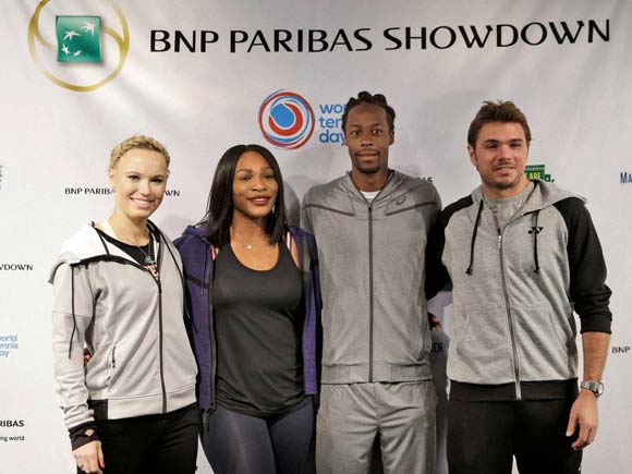 ¿Cuánto mide Caroline Wozniacki? - Real height Tennis-players-caroline-wozniacki-serena-williams-second-from-left-gael-monfils-second-from-right-and-stan-wawrinka-pose-for-a-picture-during-a-news-conference-14575171023033