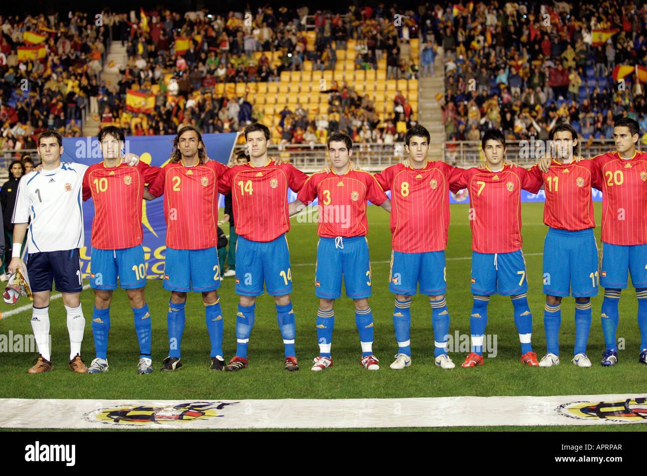 Hilo de la selección de España (selección española) The-spanish-squad-embracing-while-hearing-the-national-anthem-APRPAR